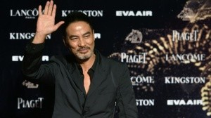 Apuñalan al actor Simon Yam en plena entrevista (video)