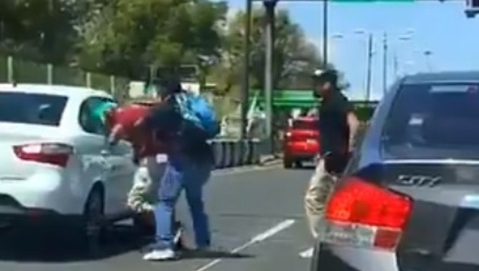 Video. Microbuseros atropellan y golpean a ciclista en CDMX/Foto: Captura de video
